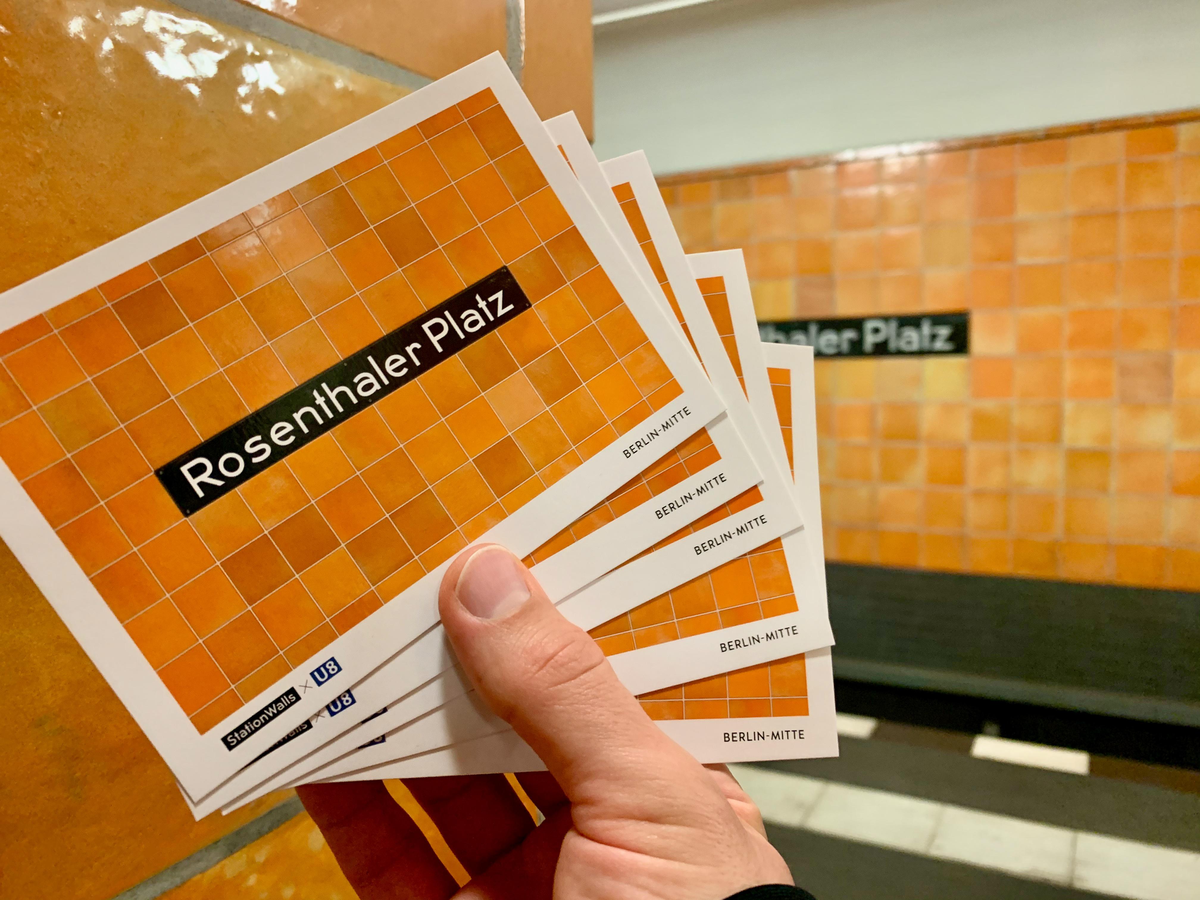5 orange Postkarten im U-Bahnhof Rosenthaler Platz (Berlin-Mitte)